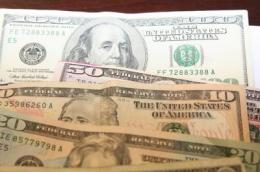 Traces of cocaine exist in up to 90 percent of banknotes in many large US cities, a new study reports. Credit: The American Chemical Society
